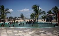 Una de las atracciones del plan vacacional azucarero en Amancio son los baños en la piscina. Foto: Rafael Aparicio Coello
