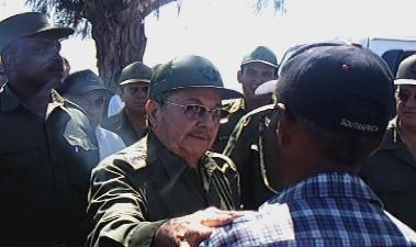 El general de Ejército Raúl Castro, presidente de los Consejos de Estado y Ministros, dialoga con el periodista Rafael Aparicio Coello, durante su visita al poblado de Guayabal